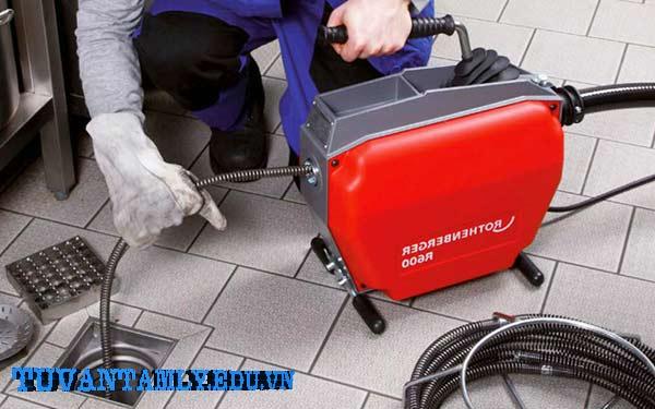 1.Thông tắc bồn cầu khi mắc vật cứng bằng dụng cụ lò xo thông cống.
