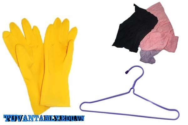 3.Thông tắc bồn cầu khi mắc vật cứng bằng móc áo quần.